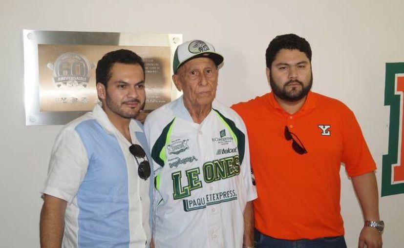 José Peraza con los dirigentes de Leones, los hermanos Arellano Hernández. (SIPSE)