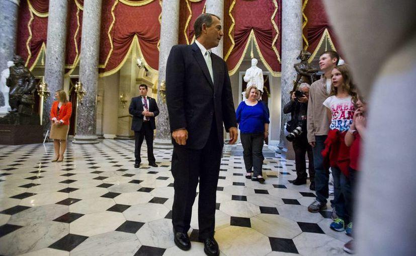 El presidente de la Cámara de Representantes, el republicano John Boehner, camina en el interior del Capitolio, este viernes. (EFE)