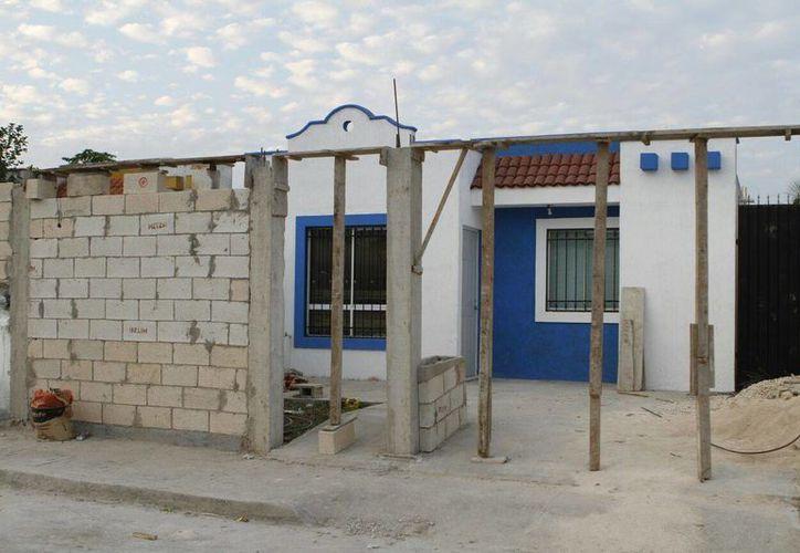 Esta es la casa 615 de la calle 59-D entre 76 y 74-A del fraccionamiento Las Américas, en el norte de Mérida, de donde agentes ministeriales se llevaron a dos personas detenidas. (SIPSE)