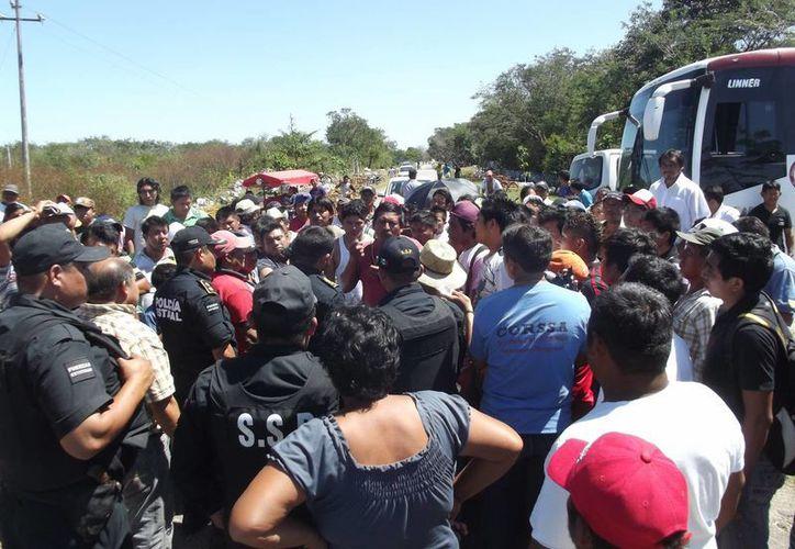 Habitantes de Timucuy bloquean la carretera a Tekik de Regil en protesta por el aumento de tarifa y el mal servicio del transporte público. (SIPSE)