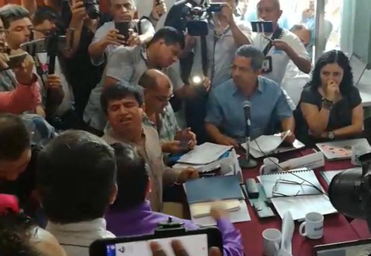 Los representantes comenzaron a discutir frente a sus compañeros de sesión. (Redacción)