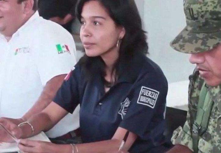 Funcionarios de Chiapas y del Ejército mexicano dan fe de las armas que los ciudadanos entregan; a cambio, reciben dispositivos electrónicos como computadoras portátiles y tabletas. (YouTube/RT en español)