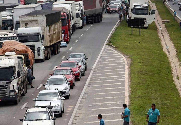 Los transportistas de brasil están molestos por los incrementos en precios de combustibles y peaje, por lo que decidieron protestar y bloquearon varias carreteras. (noticias.terra.com.co)