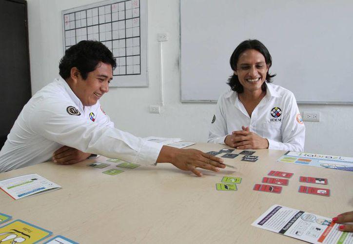 Jorge Chin Vela y Ricardo Corona al momento de explicar el funcionamiento del del método Habraz!. (César González/SIPSE)
