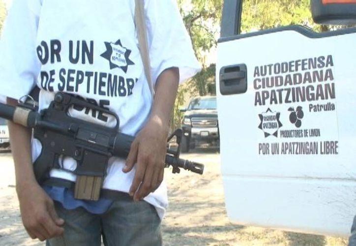 Este niño de 14 años es integrante de las autodefensas de la localidad de Antúnez. (excelsior.com.mx)