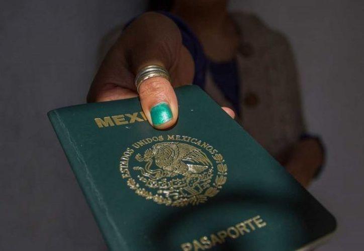Los resultados del estudio sobre el pasaporte, sugieren que es mejor cambiar una expresión neutral por una sonrisa con la boca abierta. (Excélsior)