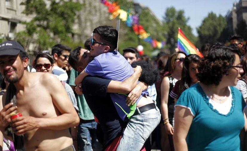 Miembros de la comunidad LGBT bailan durante la novena edición del Gay Parade en Chile. (EFE)