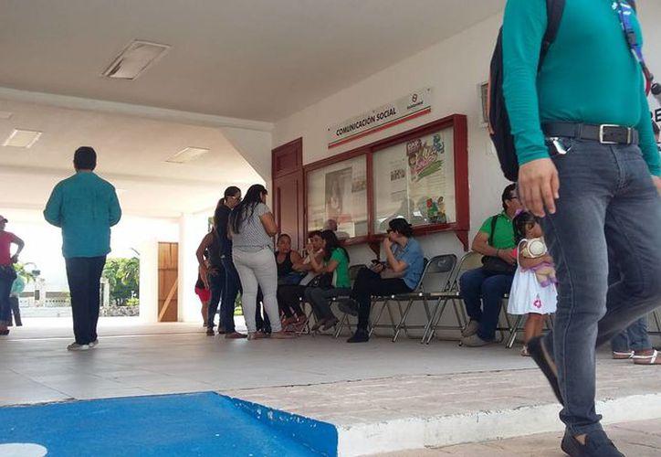 Trabajadores del Ayuntamiento de Solidaridad esperan ser notificados sobre cuántos serán despedidos. (Daniel Pacheco/SIPSE)