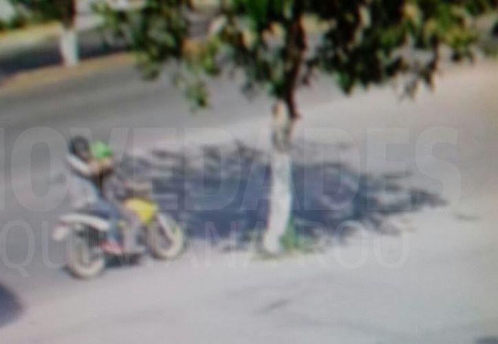Las cámaras de vigilancia captaron a los sujetos abordo de la motocicleta. (Redacción/ SIPSE)