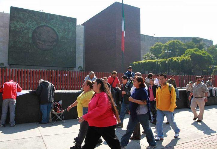 Manifestantes llegan a las inmediaciones de la Cámara de Diputados. (Notimex)
