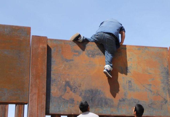 La maniobra ocurre en un punto de terreno desértico entre Ciudad Juárez y Sunland Park, Nuevo México. (Foto: AFP)