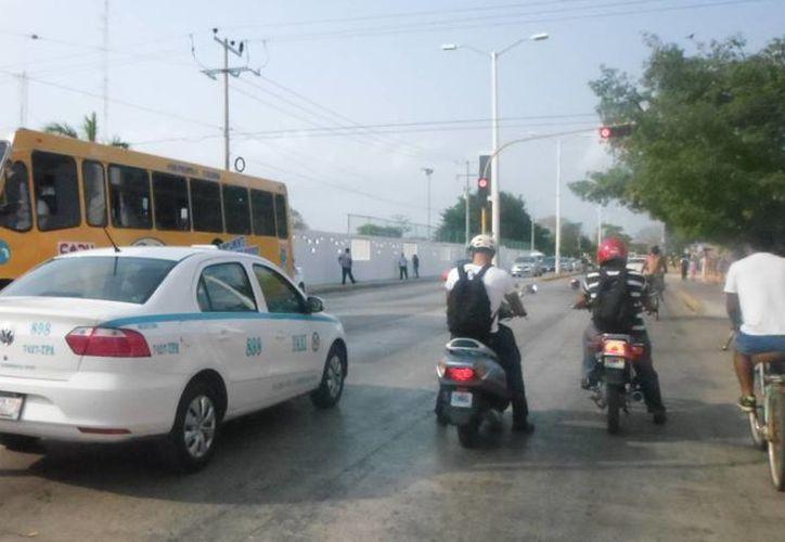 Tránsito Municipal desplegó a 38 elementos de la corporación dedicado al orden del tráfico a los alrededores de las escuelas. (Yesenia Barradas/SIPSE)