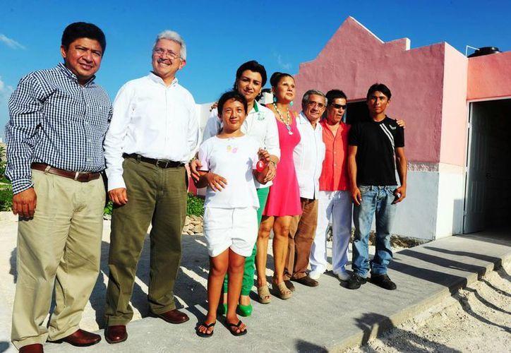Autoridades, asociación para Ciegos y Débiles Visuales y la cantante Cristal entregaron la casa. (SIPSE)