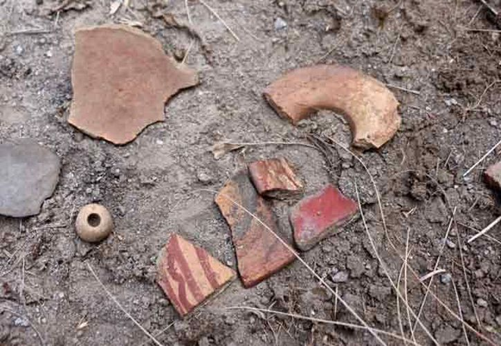 Restos de cerámica prehispánica hallados en la superficie del volcán. (Foto: INAH)