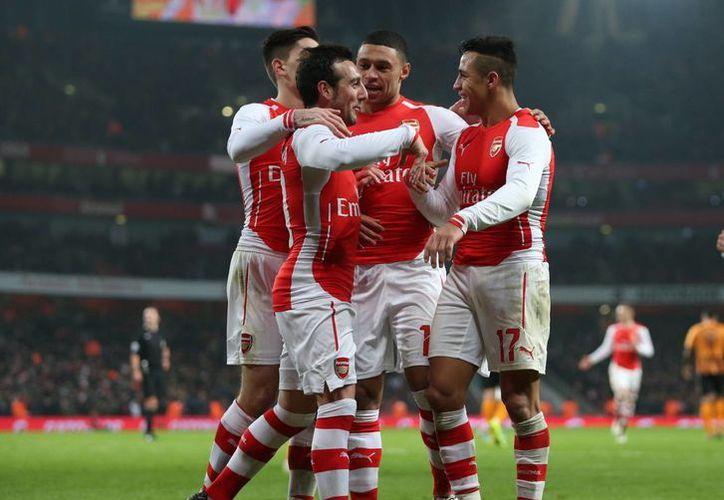 El jugador del Arsenal Alexis Sanchez (d) celebra con sus compañeros el 2-0 durante el partido que ha medido a Arsenal FC y Hull City FC.Reino Unido. (EFE)