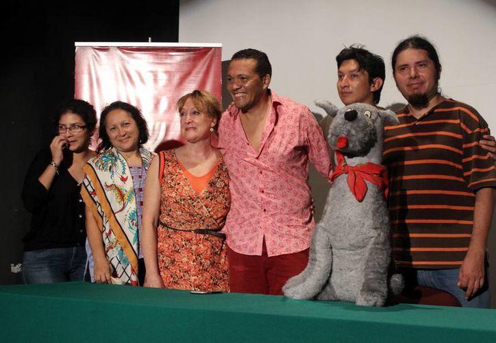 En el marco del festival de teatro se presentarán dos obras de Nelson Cepeda Boprba, las funciones serán gratuitas. En la foto, los protagonistas de las puestas en escena. (Milenio Novedades)