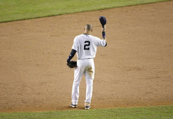Jeter fue ovacionado en cada una de sus salidas al campo por miles de aficionados. (Foto: AP)