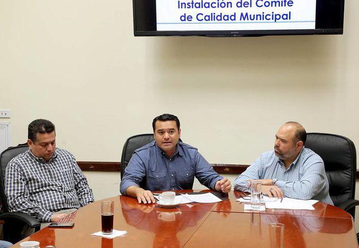 El alcalde Renán Barrera Concha se reunió con directores municipales. (Milenio Novedades)
