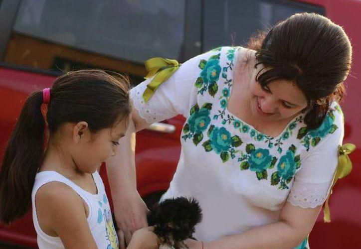 Celia Rivas, candidata del PRI a diputada por el VII Distrito local, en uno de sus recorridos. (SIPSE)