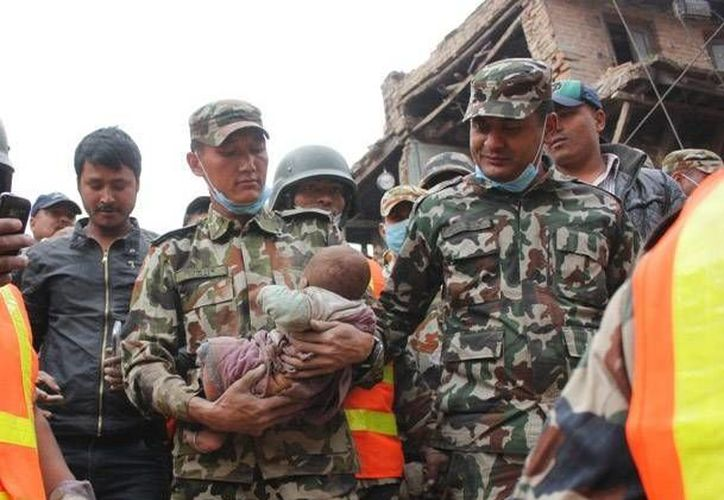 Los equipos de rescate trabajaron para sacar a la pequeña Sonit Awal tras escuchar su llanto. (kathmandutoday.com)