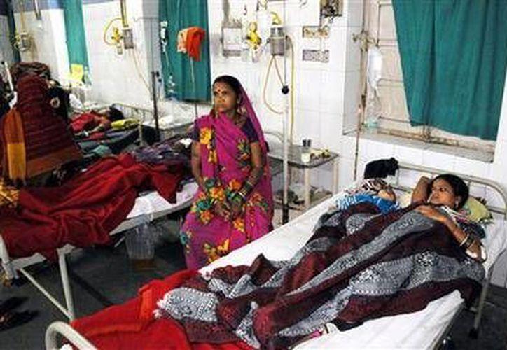 Mujeres esterilizadas reciben tratamiento en el hospital CIMS en Bilaspur, estado central indio de Chhattisgarh, el 11 de noviembre de 2014. (Foto AP)