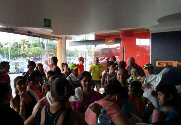 Empleados se manifestaron en las instalaciones del gimnasio. (Teresa Pérez/SIPSE)