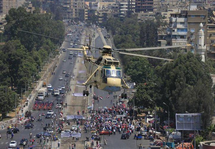 Un helicóptero militar sobrevuela una manifestación en contra de Morsi en El Cairo. (Agencias)