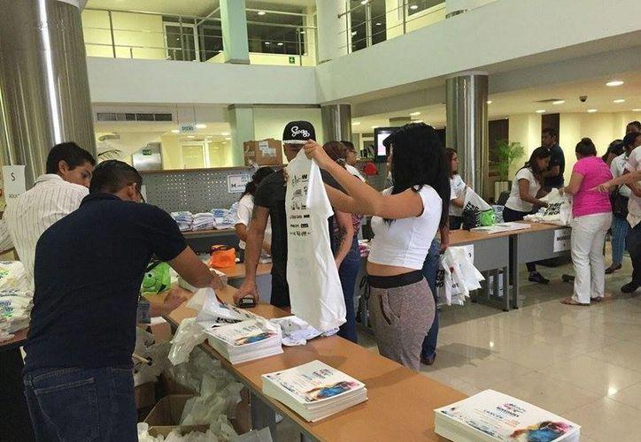 Entrega de los kits de Novedades Quintana Roo. (Pedro Olive/SIPSE)