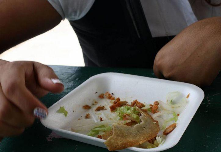 Especialistas recomiendan a todos los ciudadanos más higiene en la preparación de los alimentos y evitar comer en la vía pública. (Milenio Novedades)