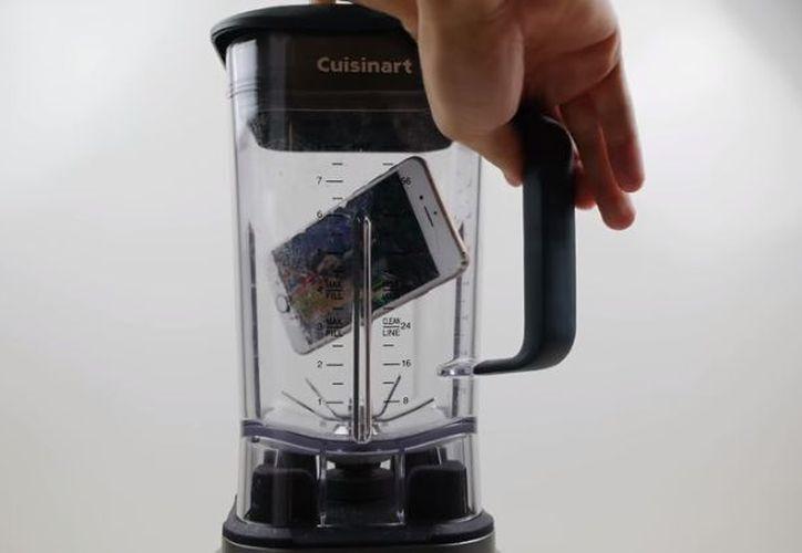 El resultado te puede dar una ligera idea de la resistencia de ambos 'smartphones'. (Youtube)