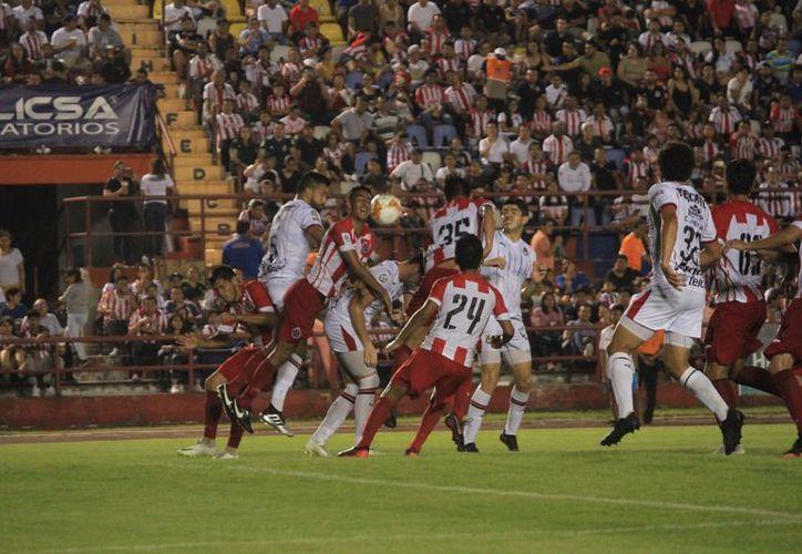 Pioneros y Chivas salieron al campo bien concentrados para ofrecer un buen partido. (Redacción/SIPSE)