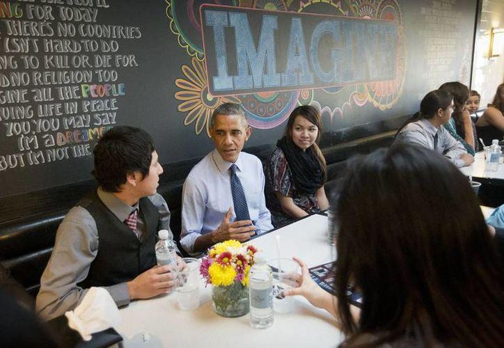 El presidente Barack Obama mientras almuerza en el restaurante We the Pizza/Good Stuff Eatery en Washington. El Presidente de EU dará hoy por la noche un mensaje sobre inmigración. (Agencias)