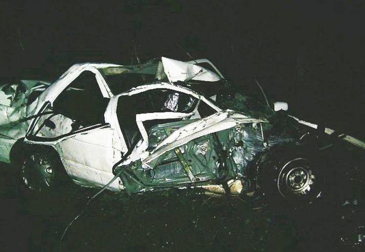 Los dos pasajeros del Nissan resultaron gravemente lesionados. (Milenio Novedades)