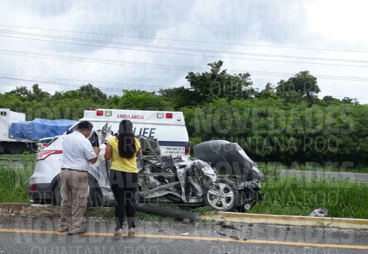 Una camioneta familiar, se impactó contra un volquete. (Redacción/ SIPSE)