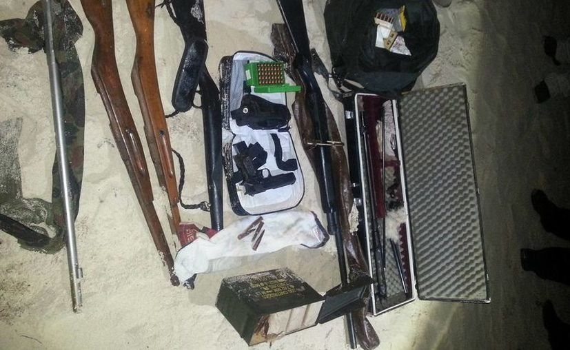 Las armas aseguradas de diversos calibres y 600 cartuchos útiles. (Redacción/SIPSE)