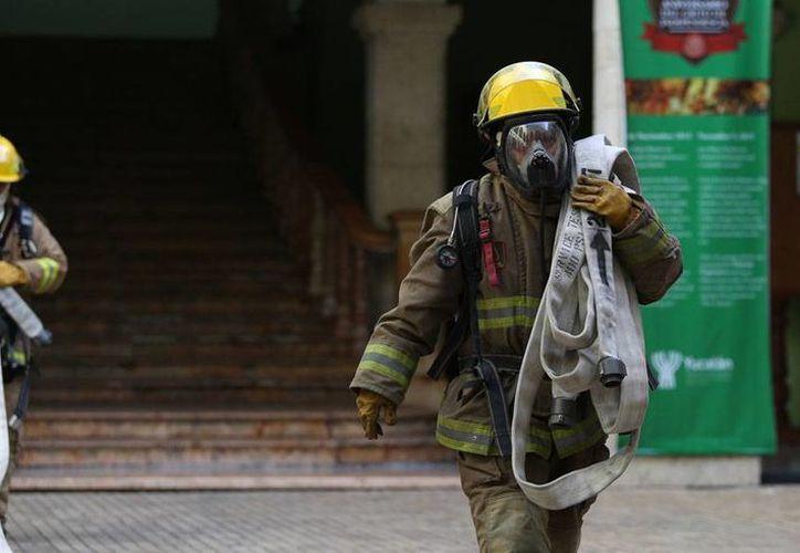 Bomberos llegaron a Palacio de Gobierno para 'apagar' un incendio en una bodega, como parte de un simulacro, en el marco del Día Nacional de Protección Civil que se celebra cada 19 de septiembre. (Cortesía)