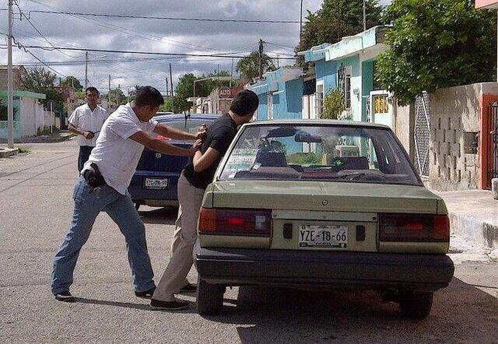 Momento de la detención del responsable del percance vehicular. (Martha Chan/SIPSE)