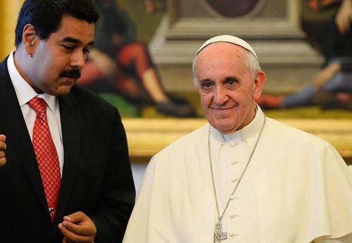 Imagen del encuentro entre Nicolás Maduro y el Papa en el Vaticano, el pasado lunes 29 de octubre. La reunión preparatoria a un diálogo entre el gobierno y la oposición fue anunciada en la semana por el enviado del Vaticano, Emil Paul Tscherrig. (Agencias/AP)