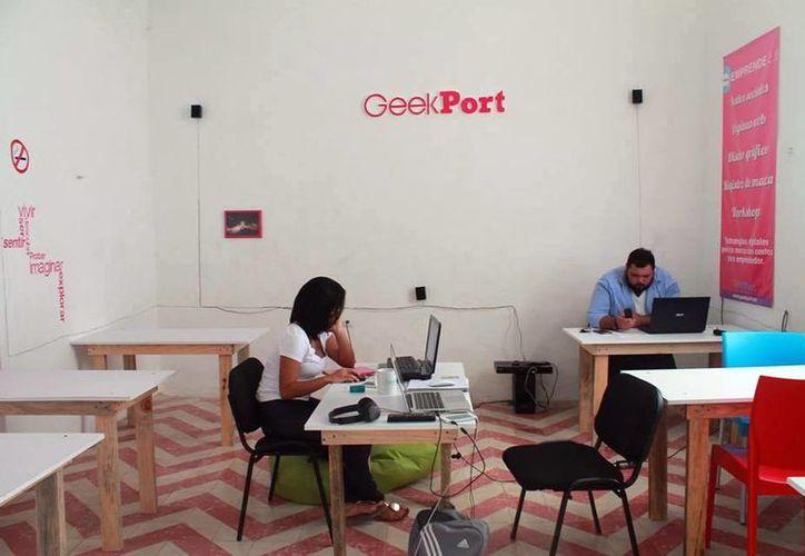 El Geek Port ofrece sala de juntas y centro de impresión, entre otros. En la imagen, dos jóvenes en las instalaciones del lugar. (Milenio Novedades)