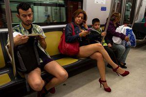 Cómodo viaje en Metro del DF... ¡en ropa interior!