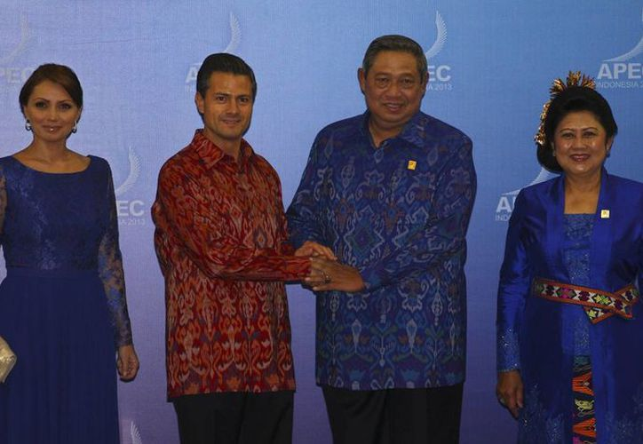 El presidente Enrique Peña y su esposa Angélica Rivera, con el mandatario de Indonesia, Susilo Bambang Yudhoyono y su mujer Ani. (Agencias)