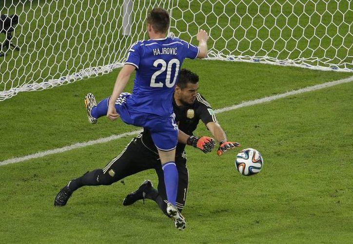 La respuesta del equipo Bosnio, quien logró perforar una vez el arco argentino, provocó que seguidores de la albiceleste insultaran a aficionados brasileños. (AP)