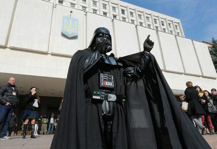 El lado oscuro de la fuerza vuelve a demostrar su poder. En la imagen, un imitador del personaje 'Darth Vader' habla frente al Comité Electoral Central, en Kiev. (Efe/Archivo)