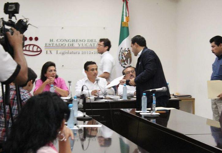 El diputado Mauricio Vila Dosal (PAN) entrega una propuesta de su grupo parlamentario con respecto al Paquete Fiscal 2015. (SIPSE)
