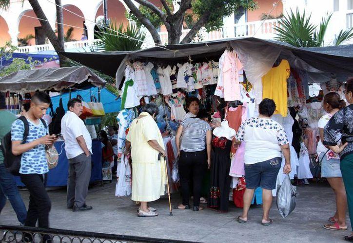 Los dueños de los negocios que venden en Mérida en Domingo dicen querer aprovechar las dos primeras semanas de diciembre. (Milenio Novedades)