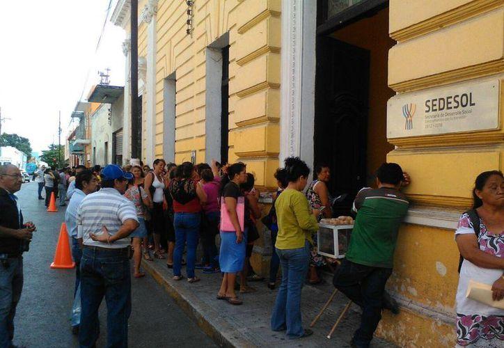 El trámite para obtener uno de los crédito de la Sedesol inició el día de ayer. (José Salazar/Milenio Novedades)