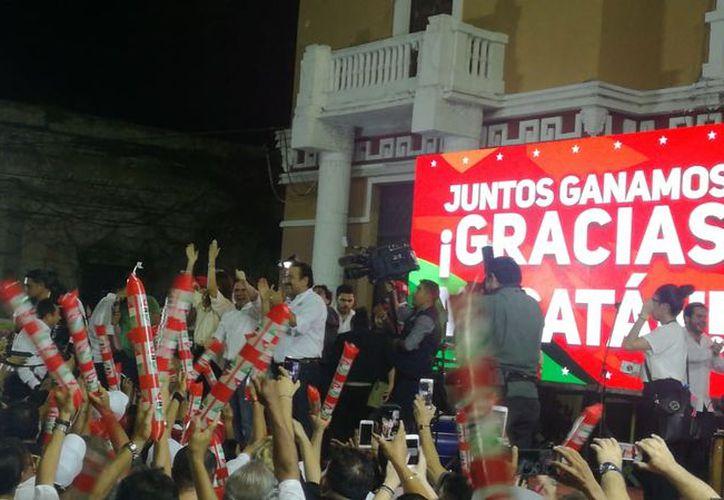 La militancia priista asistió a celebrar el final de la jornada electoral en Yucatán. (Israel Cárdenas/Milenio Novedades)