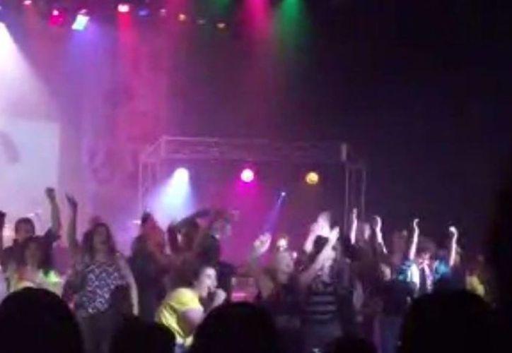 """En esta imagen de video proveìda por el estudiante Zach rader, de la escuela Secundaria Westfiled, en Indiana, alumnos bailan y cantan en un escenario durante el espectáculo """"American Pie"""", este jueves, poco antes de que el estrado se desplome. (AP/Zach Rader)"""