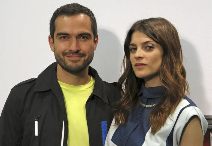 El actor Alfonso Herrera, en la foto acompañado de Irene Azuela, se siente a gusto realizando narcoseries colombianas. (Agencias)