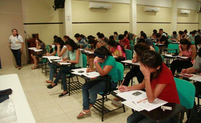Miles de estudiantes presentaron hoy el Examen Nacional de Ingreso a la Educación Superior. (José Acosta/Milenio Novedades)